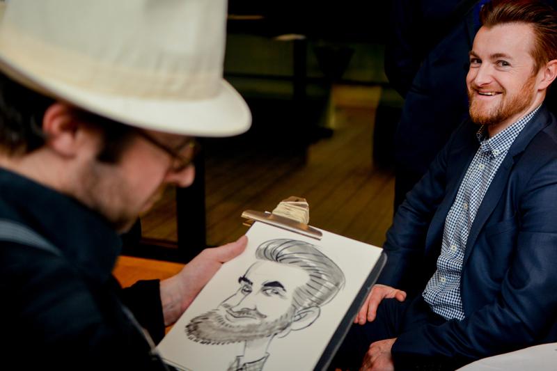 Caricaturiste avec son borsalino pour animer soirée prohibition